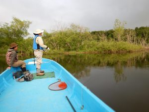 ボートは広い和船でフライでも釣りやすい。